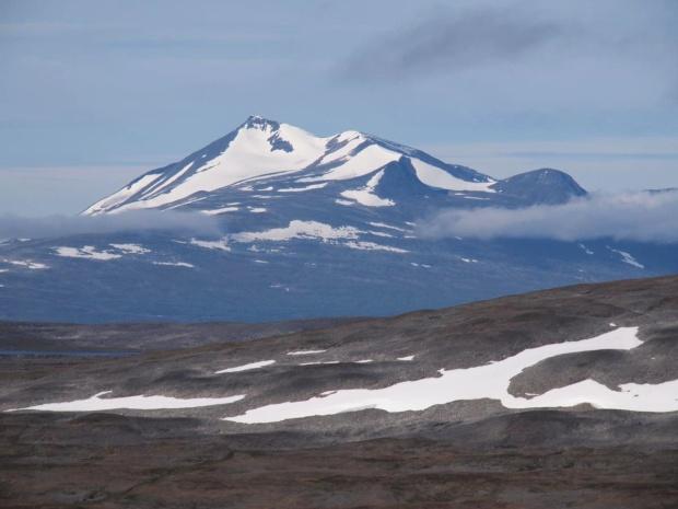 Ahkká (2015m) as seen from Guolbbantjahkka (1197m)